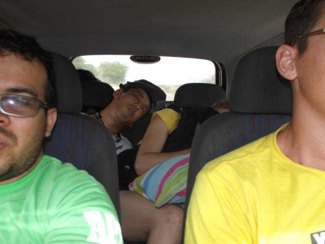 Eu capotei na volta e a Cris: eu não durmo no carro! hahahaha